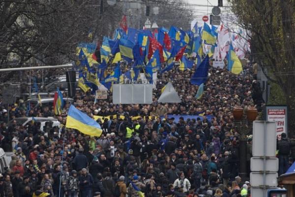 Manifestação pró-União Europeia vira confronto na capital da Ucrânia
