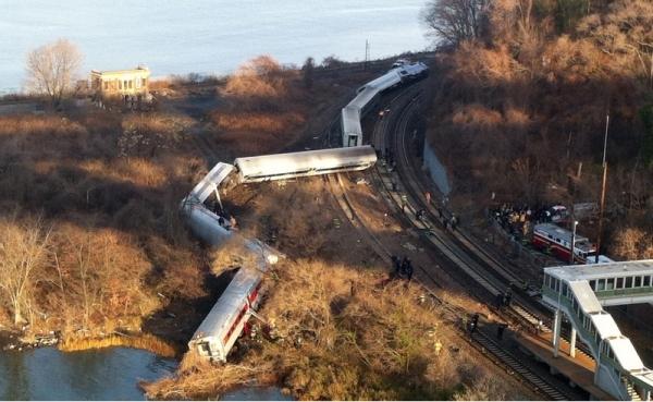 Trem de passageiros sai dos trilhos e deixa mortos e feridos em Nova York
