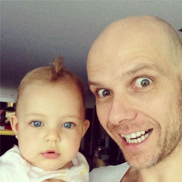 Fernando Scherer brinca com a filha: