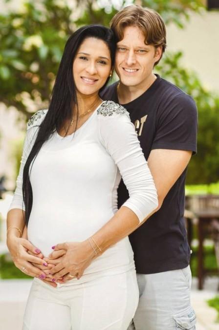 Jaqueline e Murilo, casal 20 do vôlei brasileiro, posam à espera de Arthur