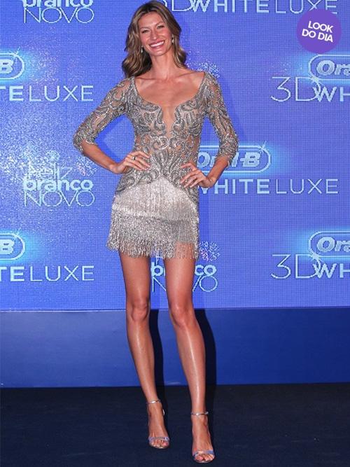 Look do dia: Gisele Bündchen mostra pernas com vestido curto