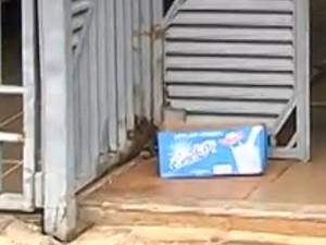 Mãe de bebê achado em caixa de leite diz que escondeu gravidez: