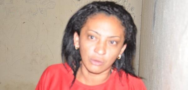 Mulher descontrolada agride policiais dentro de delegacia em José de Freitas