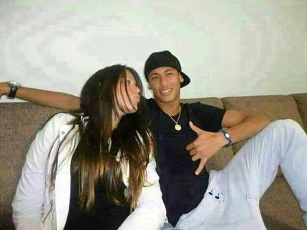 Estudante que aparece com Neymar em Barcelona teria pedido socorro em áudio: ?Tem um homem atrás de mim?