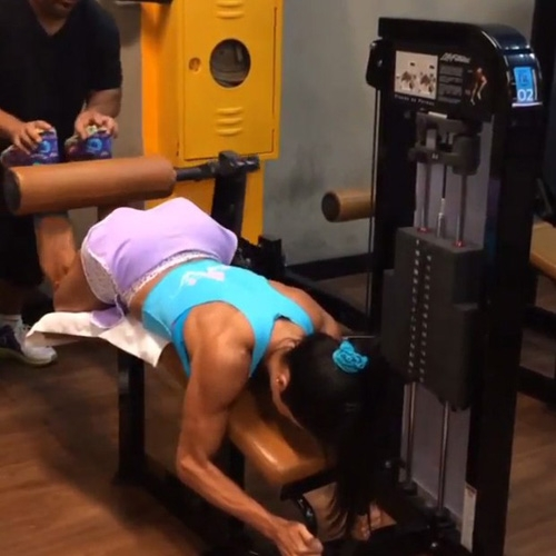 Falta de gordura ressalta músculos de Gracyanne Barbosa durante malhação