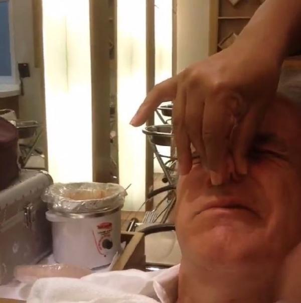 Otávio Mesquita mostra depilação no nariz: