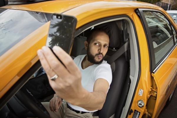 Taxistas fazem poses curiosas em