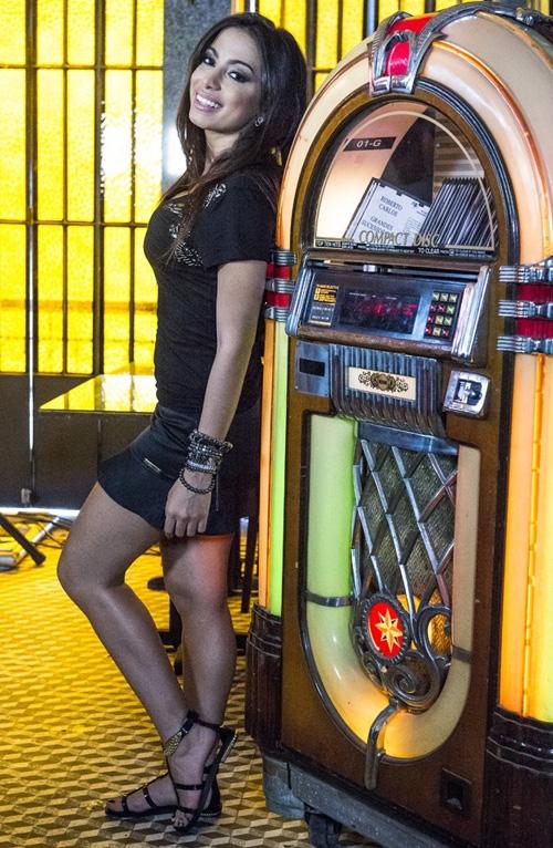 Anitta usava roupa bem curtinha para gravar novela