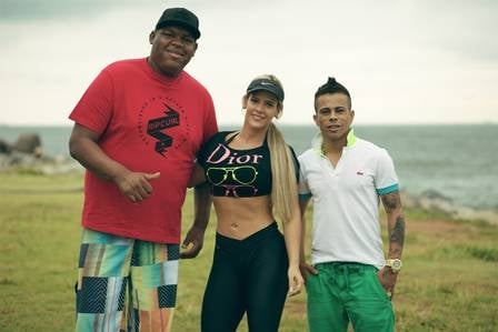 Denise Rocha, o Furacão, seduz funkeiro e revela nova tatuagem em gravação de clipe