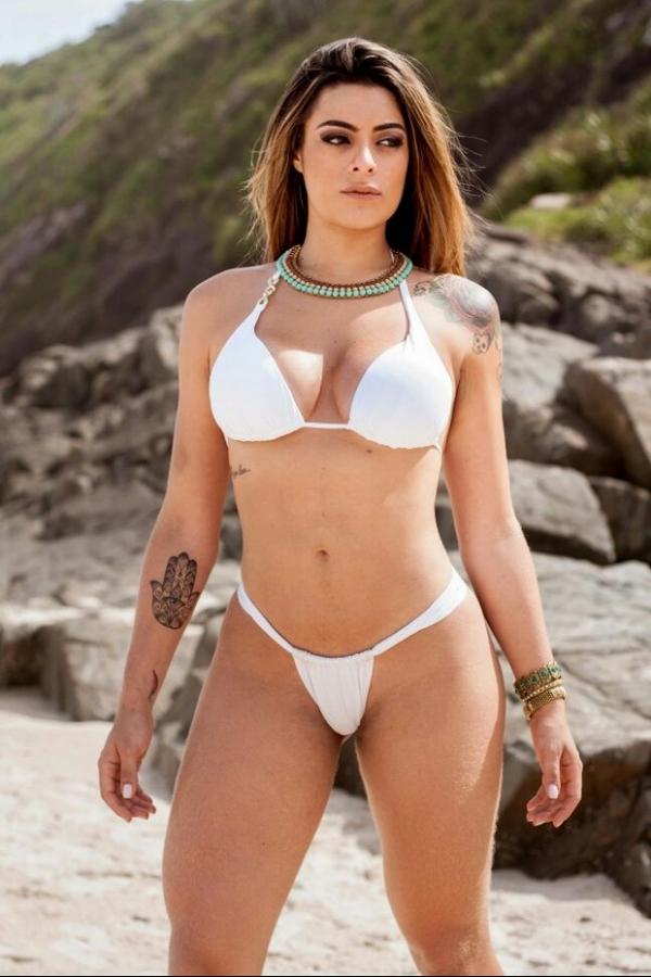 Ex-BBB Monique Amin posa de biquíni para mostrar corpo após perder oito quilos