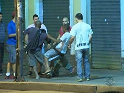 Taxistas cercam suspeitos de roubo e um deles fica desacordado com chute