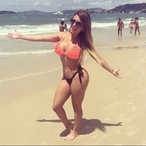 Babi Rossi posa de biquíni e mostra corpão em praia de Santa Catarina