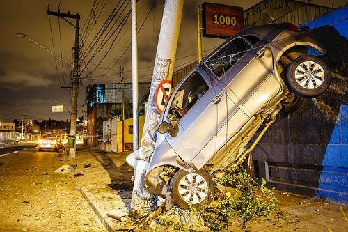 Motorista perde o controle do carro, bate contra um poste e morre; foto!