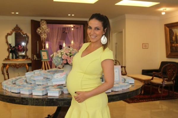À espera de Duda: Henri Castelli e a namorada fazem chá de bebê