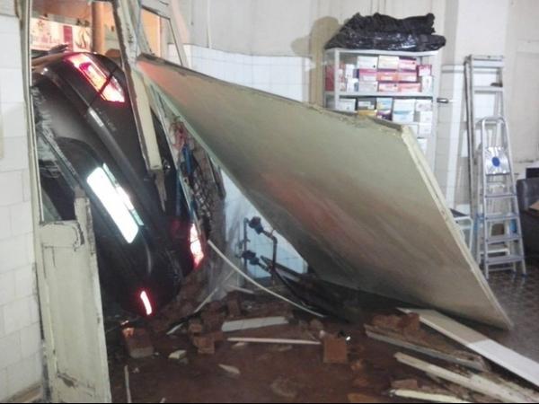 Após acidente, carro é arremessado e quase invade casa em São Roque