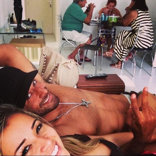 Aryane Steinkopf curte almoço com a família do namorado, Beto Malfacini