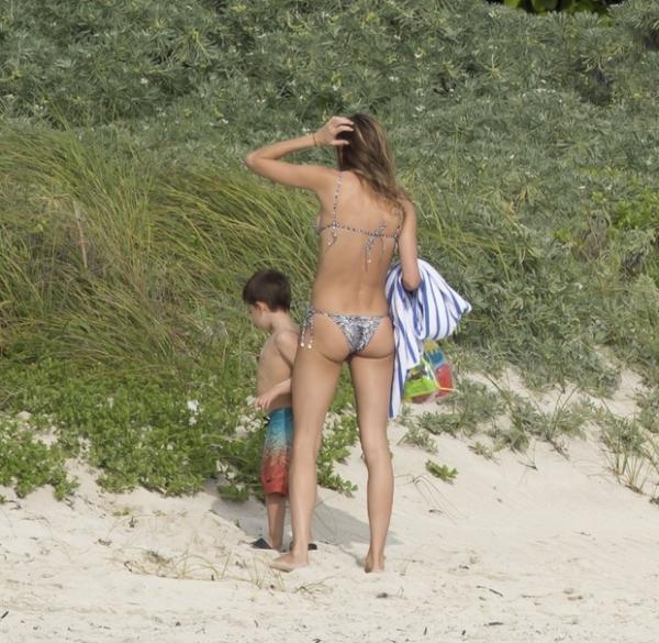 De biquíni, Gisele Bündchen exibe boa forma em praia nos EUA