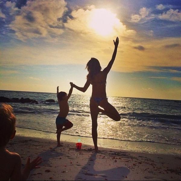 Gisele Bündchen brinca com o filho na praia de Miami