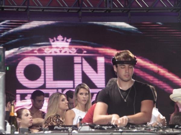 Olin Batista comemora seus 18 anos com loira: