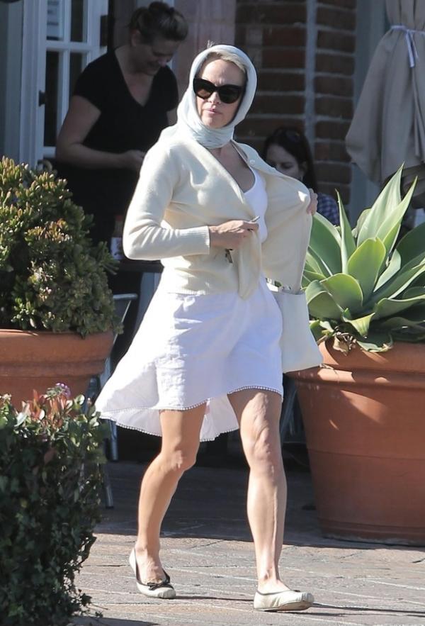 Pamela Anderson exibe celulite após café da manhã em Malibu