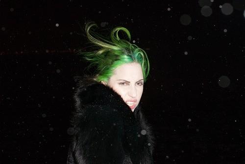 Que frio! De cabelo verde, Lady Gaga posa na neve