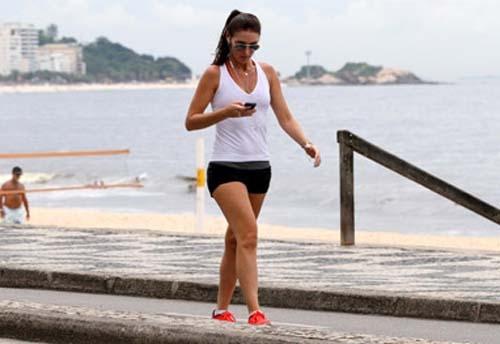 Apresenetadora Glenda Kozlowski usa shortinho para correr em orla carioca