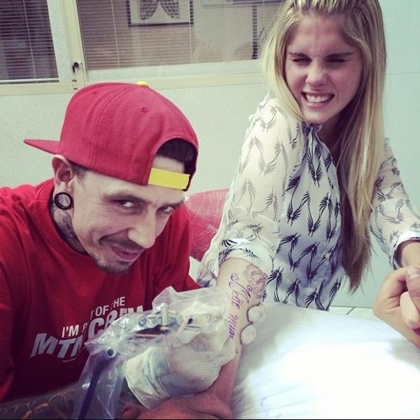 Bárbara Evans faz tatuagem em homenagem a mãe, Monique