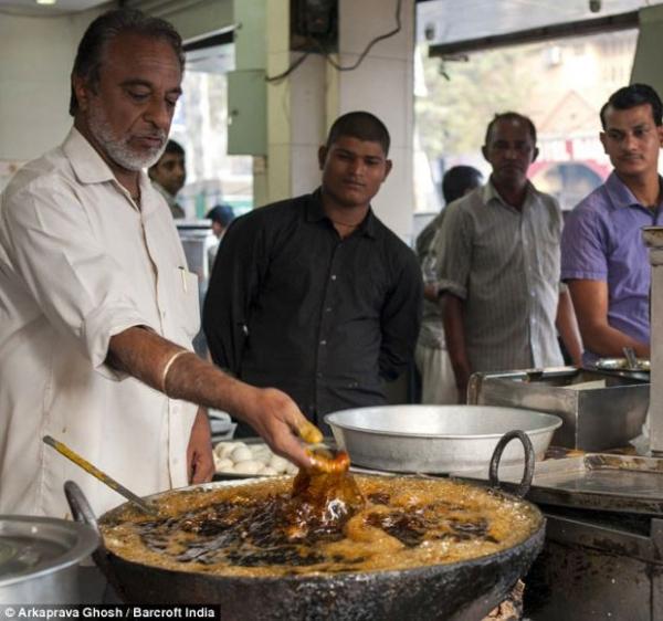 Cozinheiro usa mãos em gordura a 190 graus para fritar peixes