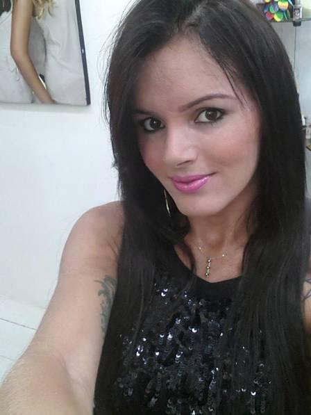 Morena flagrada de mãos dadas com Romário é transexual