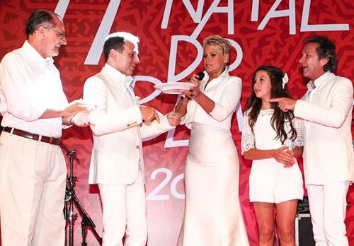 Solidariedade: Xuxa e Junno se divertem na festa do Natal do Bem