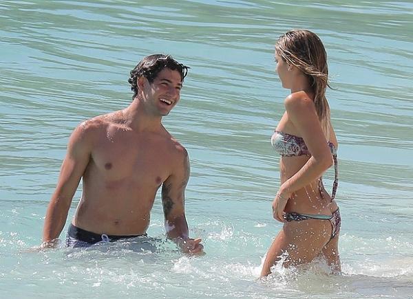 Alexandre Pato troca carinhos com a namorada no Caribe