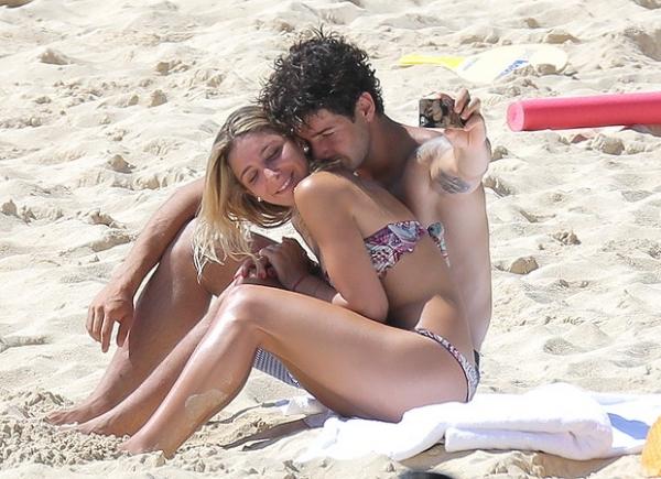 Alexandre Pato troca carinhos com a namorada Sophia Mattar no Caribe