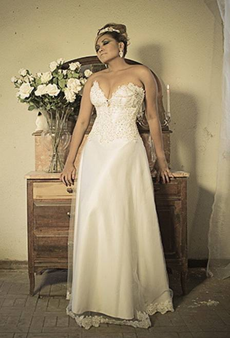 Gaby Amarantos, decotada e 11 quilos mais magra, posa de noiva