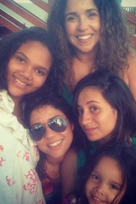 Malu Verçosa posa com as três filhas adotivas de Daniela Mercury: ?Sou mãe delas?