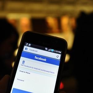 Turista se distrai com Facebook e cai na água em porto na Austrália
