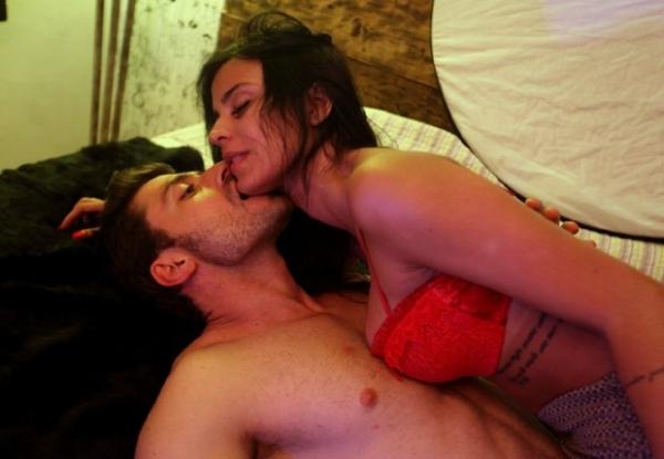 Uau! Lorena Bueri aparece nua em gravações de seriado