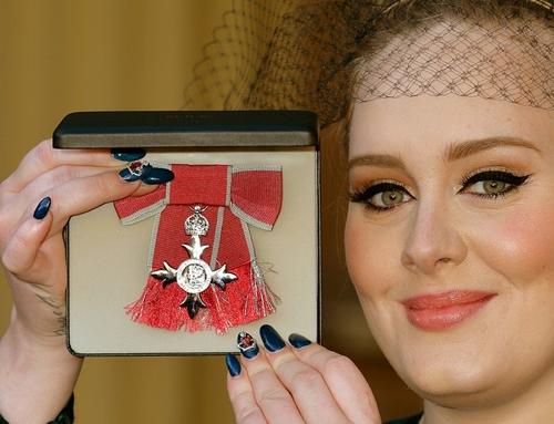 Look do dia: cantora Adele usa Stella McCartney para receber  homenagem