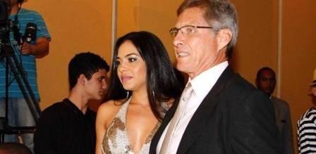 Mulher do técnico Oswaldo de Oliveira esconde passado sem roupa
