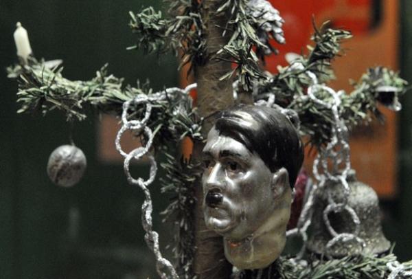 Árvore de Natal decorada com busto de Hitler é atração de mostra natalina