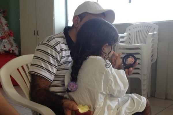 Família vê rosto da filha totalmente livre de pelo pela 1ª vez após sessão de laser
