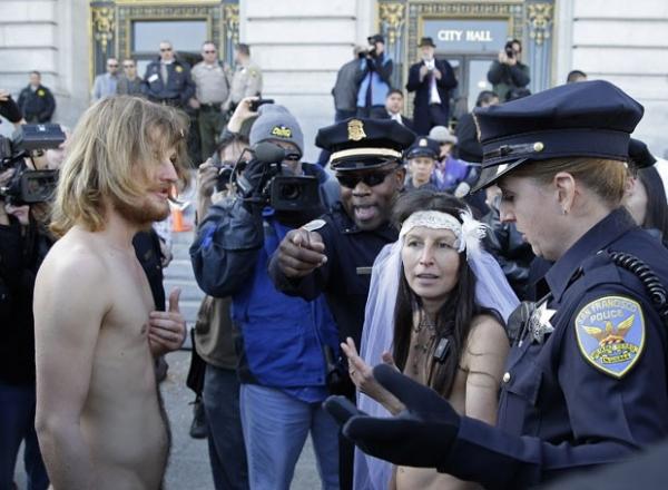 Noiva pelada é detida após casamento em frente a prefeitura