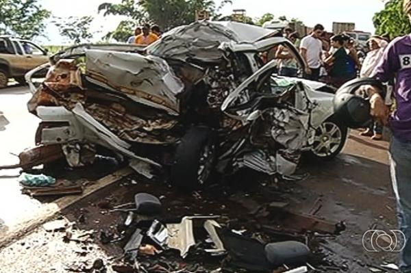 Acidente mata casal e filho de 3 anos sobrevive, em Bom Jesus de Goiás