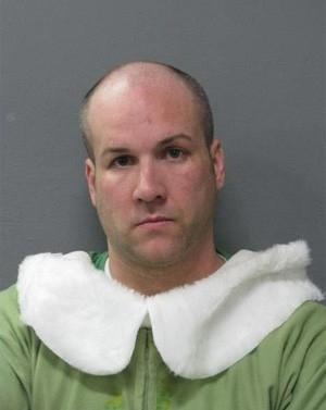 Americano vestido de elfo do Papai Noel é preso ao dirigir bêbado