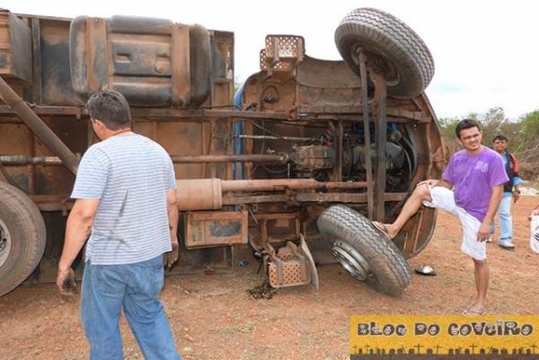 Cocal: Caminhão tomba após quebrar barra de direção
