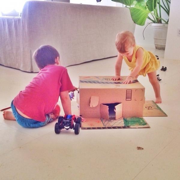 Filhos de Gisele brincam com caixa de papelão e musa incentiva reciclagem