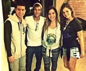 Neymar curte noite de sexta-feira ao lado da namorada Bruna Marquezine
