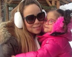 Após posar de biquíni na neve, Mariah Carey curte passeio em família