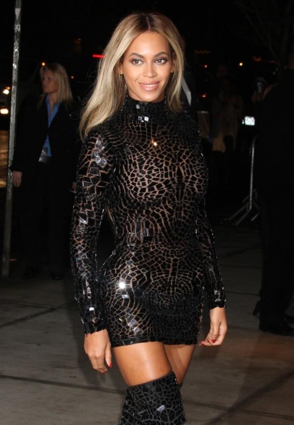 Beyoncé usa vestido transparente e curtinho para lançamento de CD