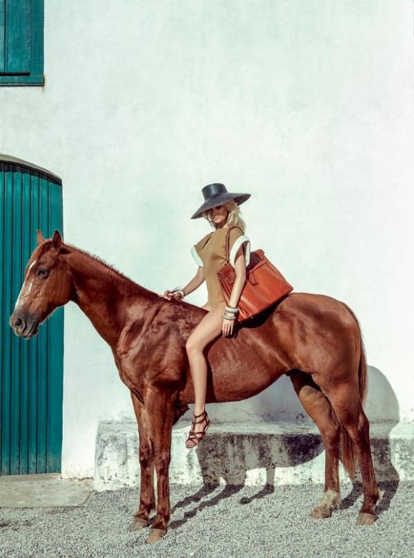 Candice Swanepoel posa em Trancoso para a edição de janeiro da Vogue