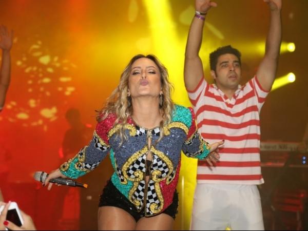 Claudia Leitte usa shortinho para se apresentar na Bahia